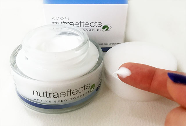 Colore e consistenza della crema viso Avon Nutraeffects