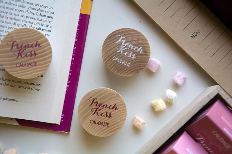 Particolare della confezione in legno del balsamo labbra colorato Caudalie