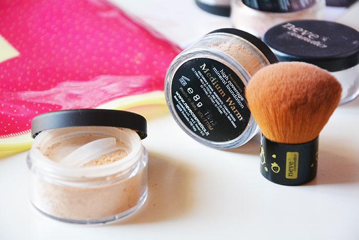 Neve Cosmetics Fondotinta minerale HC in medium warm e mini Kabuki