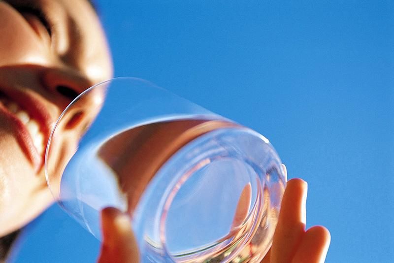 Bere acqua aiuta a contrastare le labbra screpolate